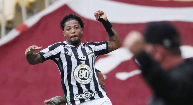 Marinho comemora gol com camisa do Santos que homenageia Pelé