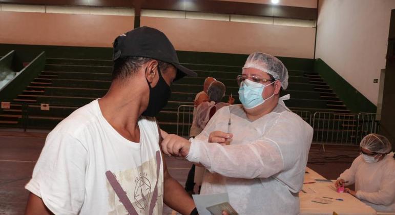 Santos, no litoral de São Paulo, registra falta de doses de vacina contra a covid-19
