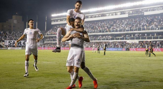 Eduardo Sasha chutou no contrapé de Walter para marcar gol da vitória