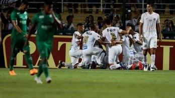 __Santos vence Guarani com 2 gols de Jean Mota no Pacaembu__