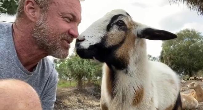 Ele ensina truques para alguns animais e demonstra sempre muito carinho