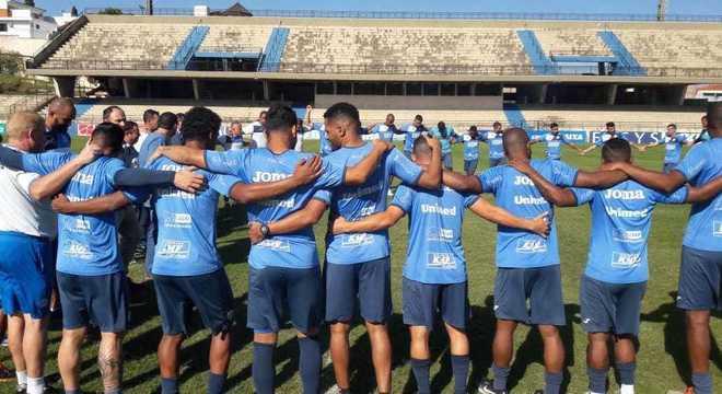 Jogadores do São Bento se abraçam para oração pela memória do meia Daniel