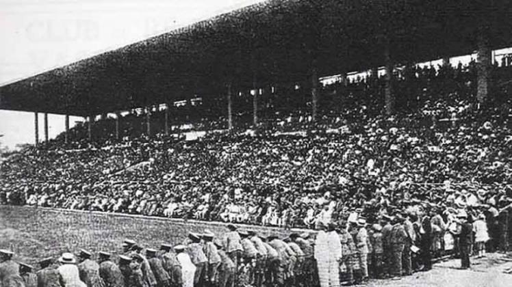 São Januário (RJ): depois de 27 anos, o Brasil voltava a receber um Campeonato Sul-Americano. Disputado em três estados, por oito seleções, em turno único, o Sul Americano de 1949 terminou com Brasil e Paraguai empatados com 12 pontos. São Januário foi o palco de 11 jogos, além da partida final. A Seleção Brasileira que já havia aplicado diversas goleadas na competição, venceu o Paraguai por 7 a 0 na decisão e levou o título.