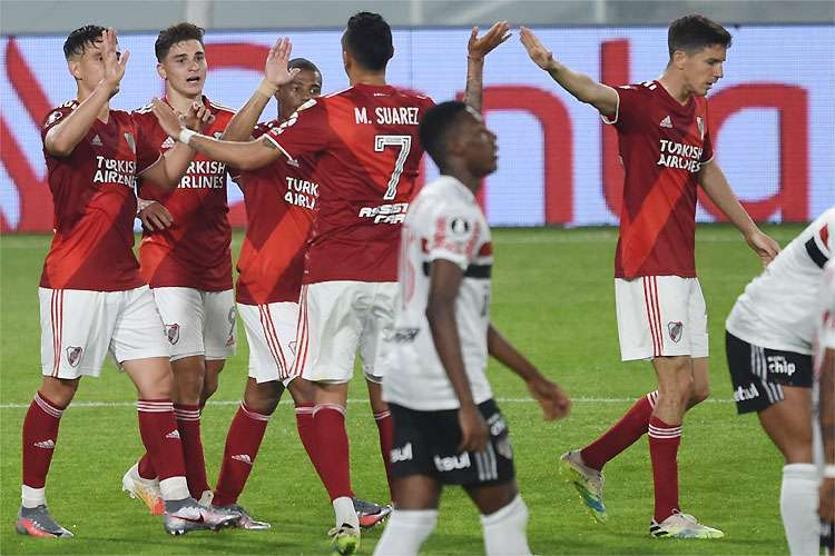 No primeiro tempo, o River Plate poderia ter goleado. Depois, recuou e garantiu a vitória