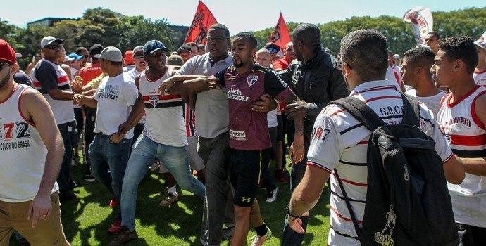 Há quatro anos, as organizadas invadiram o CT do São Paulo. Clube tenta se prevenir