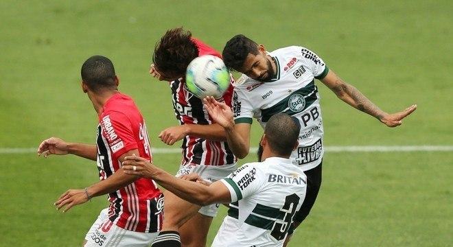 São Paulo sem imaginação, previsível, apelou para bolas aéreas. Fácil para o Coritiba