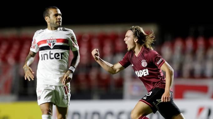 Daniel Alves, o jogador de 41 títulos, só acumula frustrações no São Paulo
