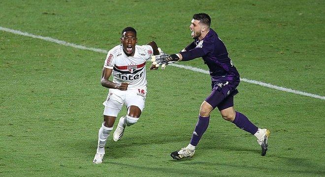 Léo Pelé comemora pênalti decisivo. Sufoco desnecessário do São Paulo. Covardia