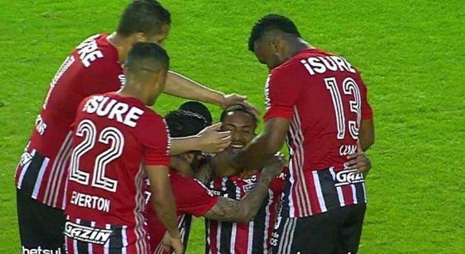 Mesmo com reservas, sem entrosamento, o São Paulo se desdobrou em campo