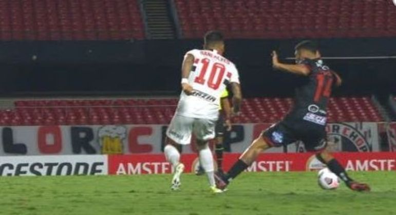 A entrada desleal de Acosta, que deixou os uruguaios com um jogador a menos