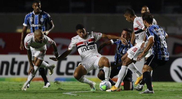 São Paulo foi travado na intermediária. O time gaúcho tirou o oxigênio do líder do Brasileiro