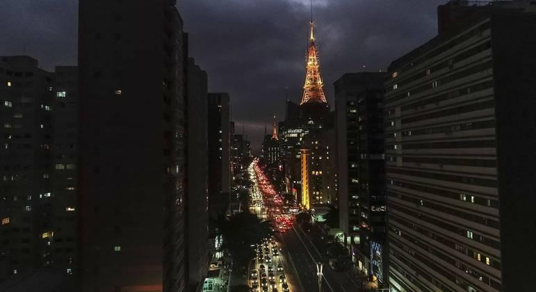 Vista de edifícios comerciais na avenida Paulista, símbolo de SP, ao anoitecer