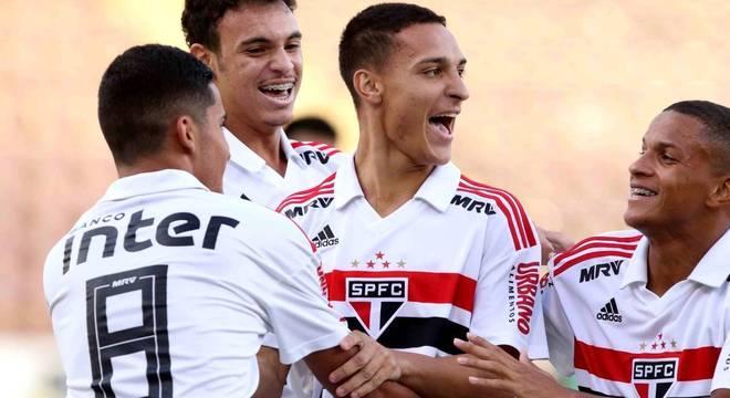 Antony (centro) foi autor de dois gols na vitória são-paulina sobre o Guarani