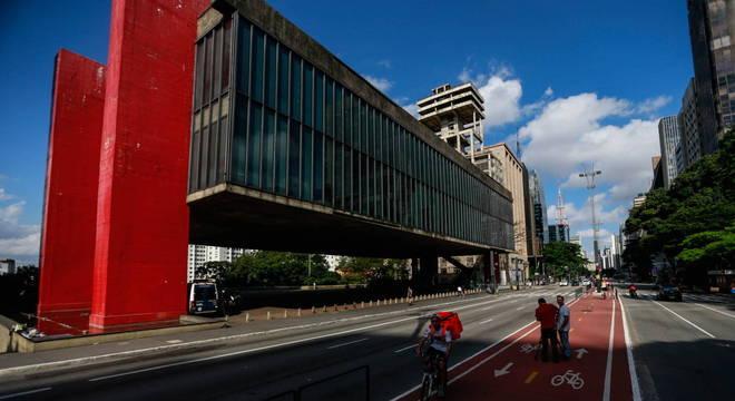Av. Paulista, em São Paulo, teve pouco movimento. População deve ficar em casa