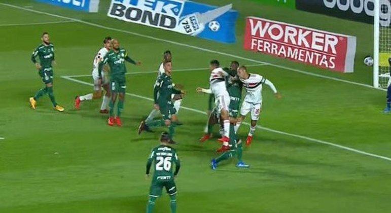 O gol contra de Gustavo Gómez que o VAR anulou. Apontou impedimento de Miranda