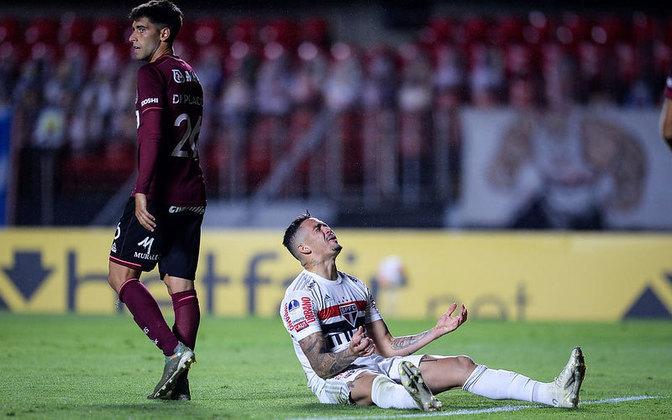 São Paulo eliminado de maneira inacreditável: O São Paulo fez o improvável quarto gol aos 90 minutos e ia garantindo a vaga na próxima fase da Copa Sul-Americana. No lance seguinte, a equipe argentina se lançou ao ataque e conseguiu o gol heroico, eliminando o Tricolor mesmo perdendo por 4 a 3.