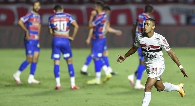 Brenner comemora gol que abriu o placar para o São Paulo neste domingo (25)