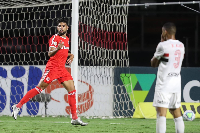 Yuri Alberto se aproveitou da escancarada defesa do São Paulo. Diniz sabotou seu time