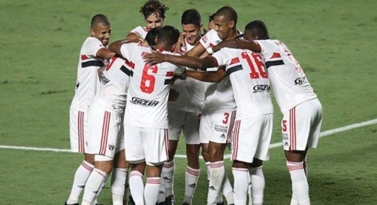 Jogadores do São Paulo comemoram gol marcado contra o São Caetano