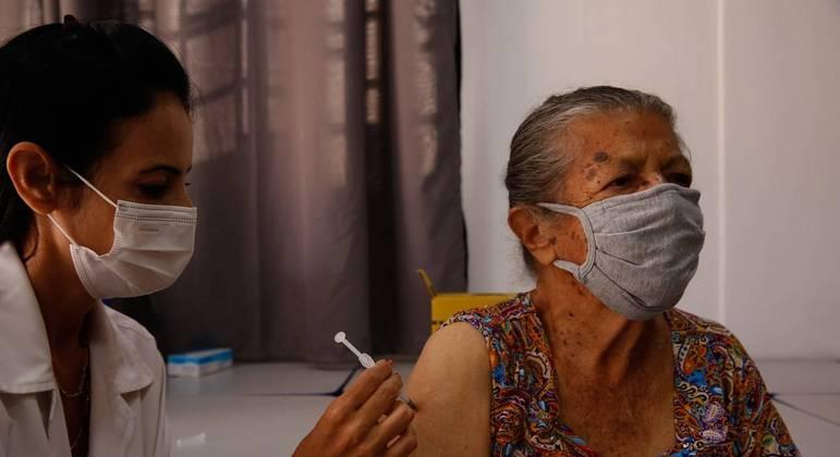Aplicação de terceira dose em idosos é suspensa em nove cidades de São Paulo