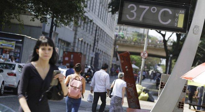 Pedestres enfrentam calor e baixa umidade do ar  na região central de São Paulo