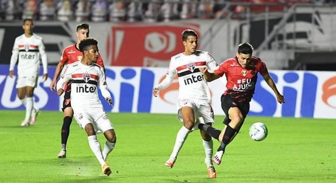 São paulo venceu o Athletico-PR e somou a segunda vitória seguida no Brasileirão