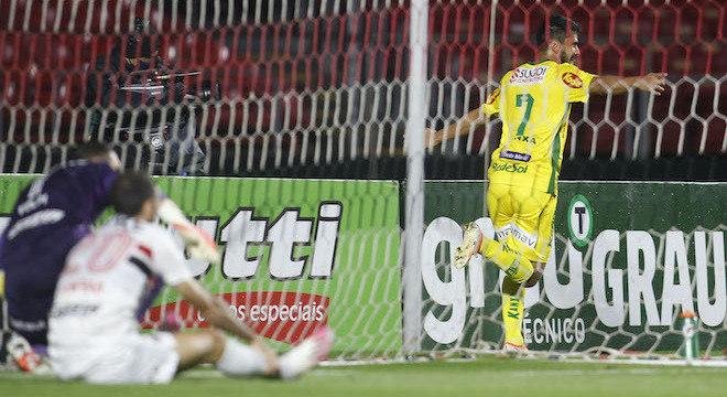 Daniel Borges festeja golaço que classificou o Mirassol e eliminou o Tricolor