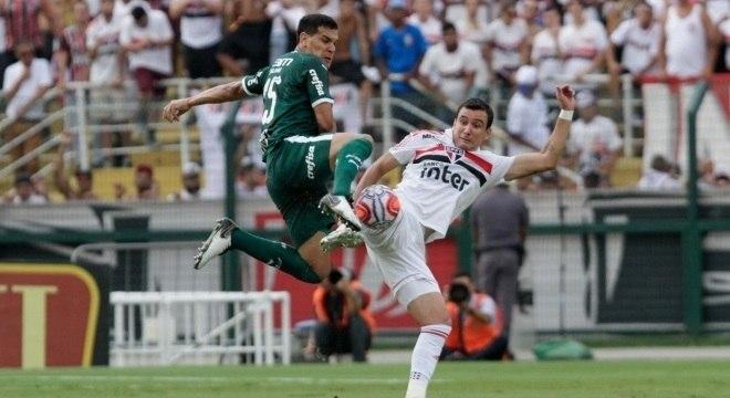 Gustavo Gomez e Pablo em disputa de bola no clássico paulista