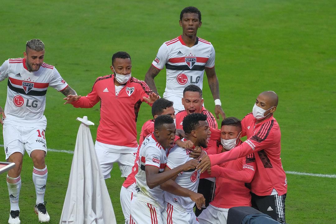 São Paulo comemora o gol de Luan. Fim do jejum de nove anos sem títulos