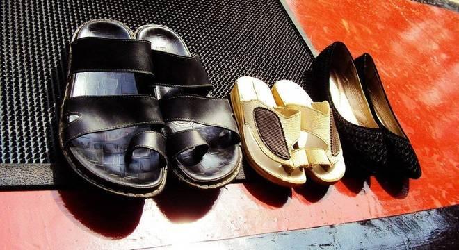 Sapatos que circularam em ambiente hospitalar devem ser higienizados