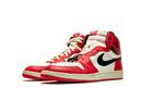 Esté é o primeiro Air Jordan, desenhado por Peter Moore, o nome 'Air Jordan' foi cunhado pelo agente de Michael Jordan e foi ajustado pela estrela americana