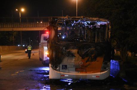Ônibus foi incendiado após ação da PM em comunidade