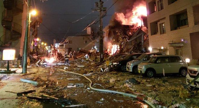 Bombeiros tentam conter o fogo após explosão