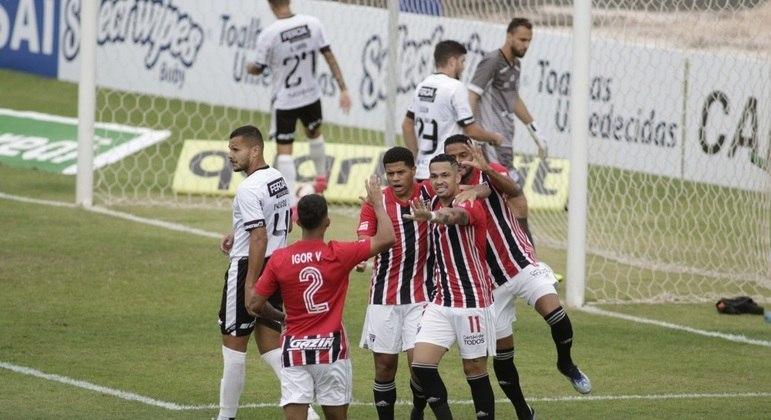 Jogadores do São Paulo comemoram gol de Gabriel Sara contra a Inter de Limeira
