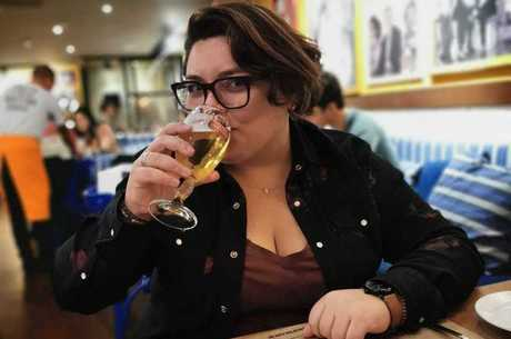 Sara adora reunir os amigos para beber