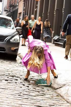 Sem muita demora, ela se abaixou no meio-fio e apanhou a bolsa de volta