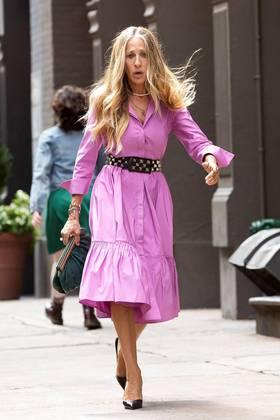 Recomposta, ou quase, SarahJessica Parker seguiu caminhando pelas ruas de Nova York onde a série está sendo gravada deste o último dia 9 de julho