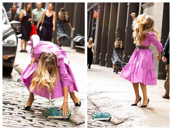 Sarah Jessica Parker foi clicadaderrubando uma bolsa no set de gravação da série And Just Like That, um revival deSex and the City