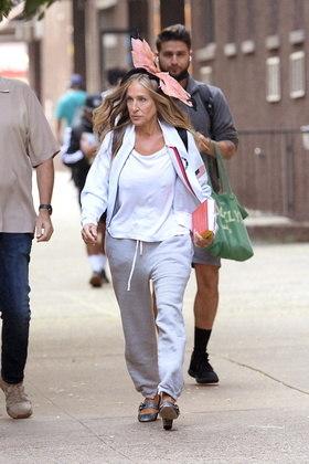 Sarah também foi fotografada com uma roupa mais informal durante os bastidores da série