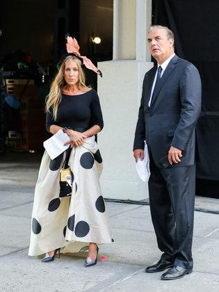 Sarah e Chris foram fotografados nas ruas de Nova York. O ator vestia um terno e a atriz usava um dos figurinos já tão marcantes de Carrie