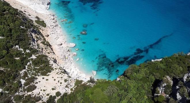 As areias brancas das praias da Sardenha são muito visadas pelos turistas