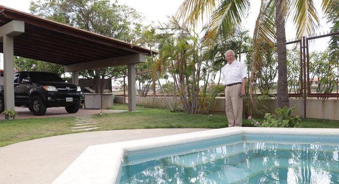 Como muitos de seus vizinhos, Sardi tem um charmoso jardim com piscina