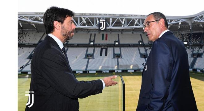 O presidente Andrea Agnelli apresenta o estádio da Juve a Maurizio Sarri