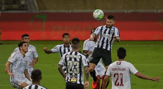 Sasha sobe para cabecear no empate entre Atlético-MG e Fluminense