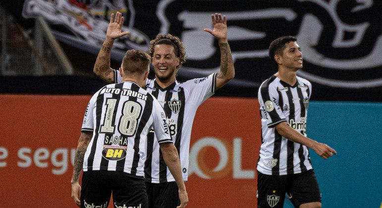 Eduardo Sasha e Guga comemoram gol do Atlético-MG sobre o Coritiba