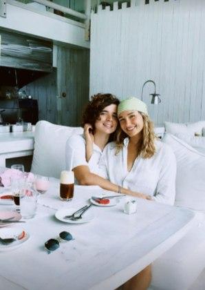 O primeiro café da manhã ganhou registro no Stories de SashaSasha e Xuxa combinam pose beijando respectivos companheiros