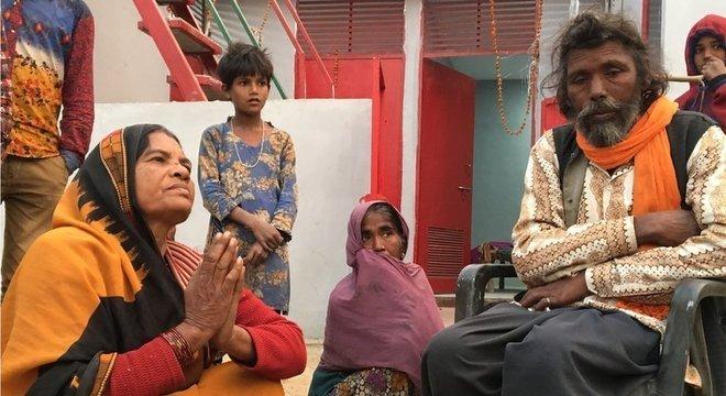 Sashi Devi (sentada à esquerda) e Asharfi Nath (à direita) reclamam de atitudes da mãe da criança