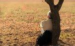 Procurar ajuda profissionalA última dica, mas não menos importante: é preciso ficar atento às mudanças de comportamento e tristeza muito longas. 'A pessoa precisar prestar atenção se alguns sintomasultrapassaram duas semanas. Por exemplo,uma tristeza persistente, uma apatia, uma ansiedade sobre a qual ela não tem controle,um estresse que já está causando sintomas físicos, quando ela perdeu alguém enão está conseguindo superar esse luto. Principalmente, em casos de separação, divórcio,situações que afetem a saúde mental. Se ultrapassar esse tempo, é importante procurar um profissional', finaliza Marilene