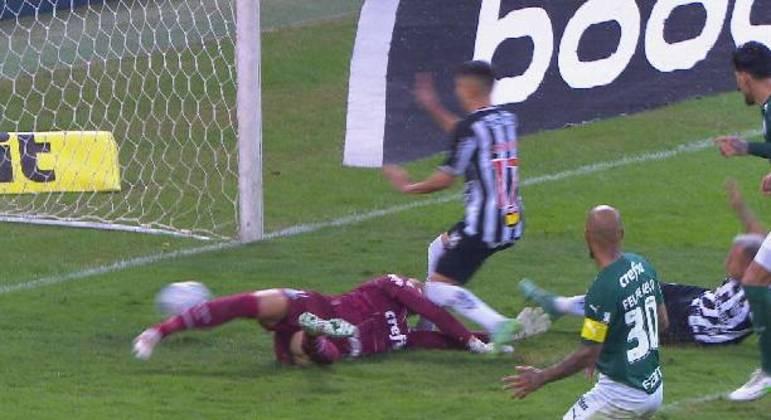 Savarino marcou seu segundo gol. E seu joelho esquerdo acertou a cabeça de Weverton