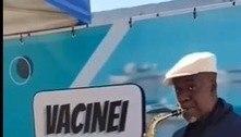 Músico homenageia profissionais da saúde em posto de vacinação